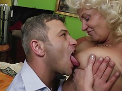 措赤裸裸的奶奶热亚陪同布鲁塞尔